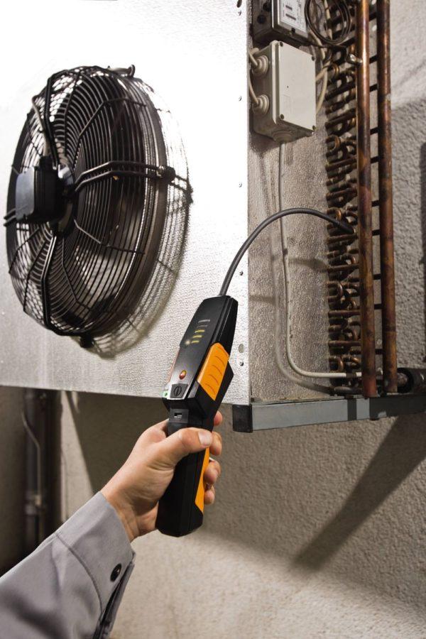 Håndholdte gasslekkasjedetektoren i bruk på kjøleanlegg