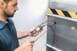 Digital hetetrådsføler med temperaturføler i bruk med Testo 440