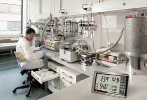 Hygrometer Testo 622 i bruk på laboratorium