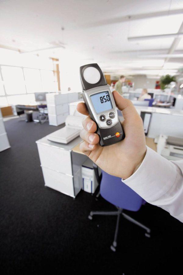 Lysmåler i bruk på kontor - Testo 540